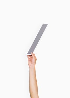 Manos sosteniendo el símbolo de barra