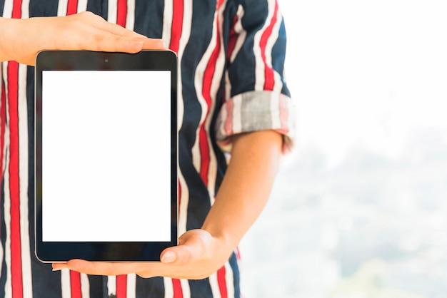 Manos sosteniendo tableta con pantalla en blanco