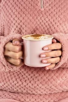 Manos sosteniendo una taza de chocolate, casa acogedora rosa, hermosa manicura rosa, estilo casero,