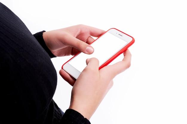 Manos sosteniendo el teléfono sobre fondo blanco y con espacio de copia
