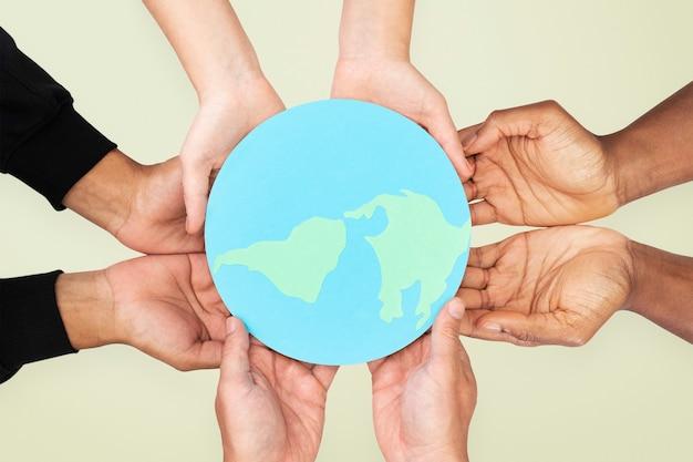 Manos sosteniendo la tierra salvar el medio ambiente campaña