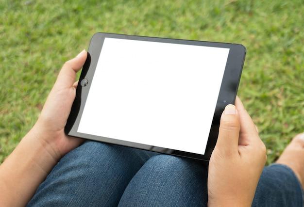 Manos sosteniendo y tocando la tableta digital con fondo de pantalla blanca aislado concepto de café relajante.