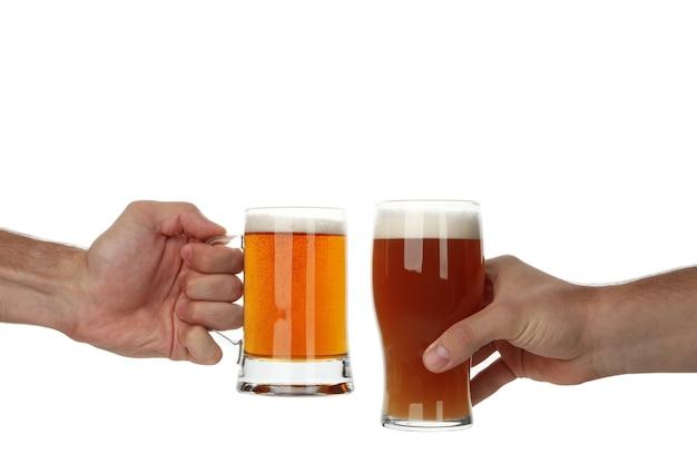 Manos sostienen vaso de cerveza, aislado en blanco