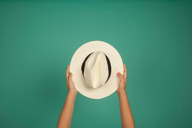 Manos sujetando sombrero