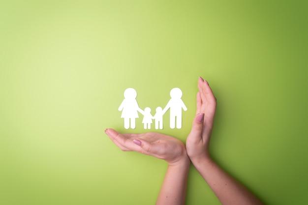 Manos tiernas femeninas con un símbolo familiar recortadas de papel blanco. proteger los derechos de las personas y las minorías sexuales.