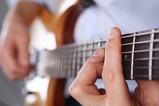 Manos tocando la guitarra