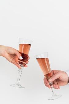 Manos tostando copas de champaña