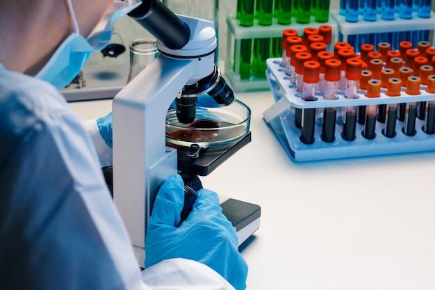 Manos de un trabajador de laboratorio haciendo análisis de sangre