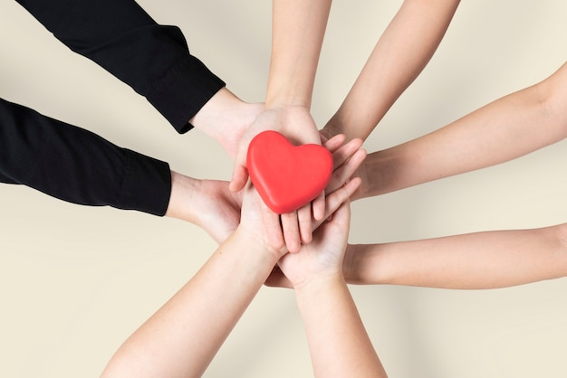 Manos unidas corazón comunidad de amor