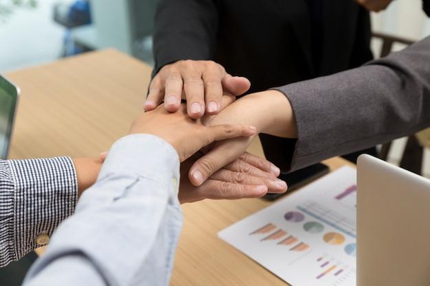 Manos unidas de empresarios para usar como concepto de trabajo en equipo