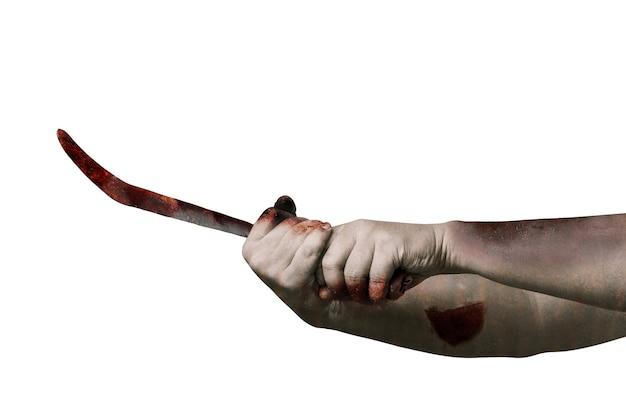 Manos de zombie con herida sosteniendo hoz aislado sobre fondo blanco.