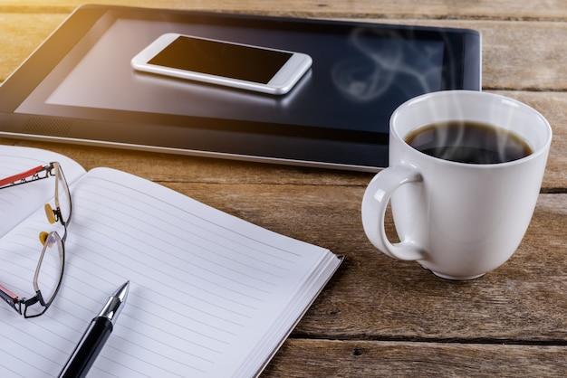 Mans lugar de trabajo en escritorio de madera con café