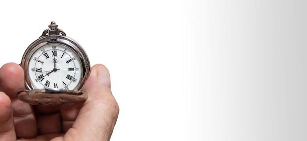 Mans mano sosteniendo un reloj de bolsillo vintage concepto de tiempo espacio de copia