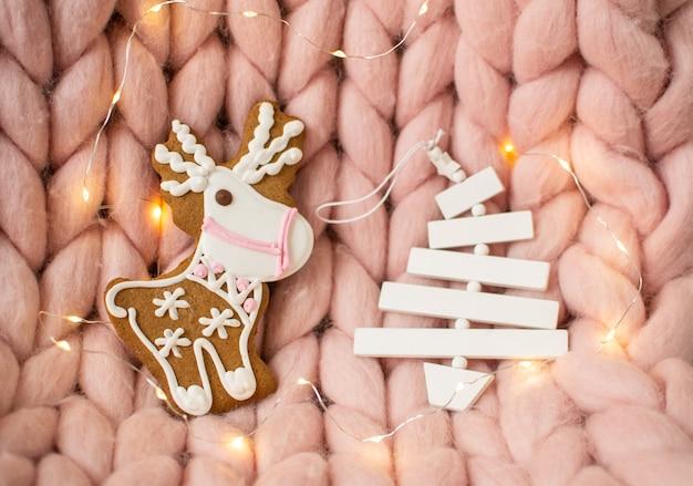 Manta gigante de lana rosa merino pastel, ciervos de pan de jengibre, taza con capuchino, juguete navideño, año nuevo, luces