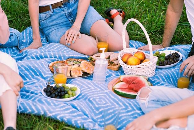 Manta de picnic con golosinas y desinfectante para manos