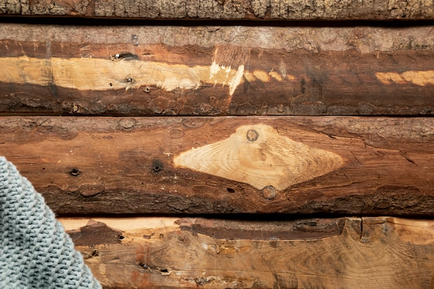 Manta plana en mesa de madera