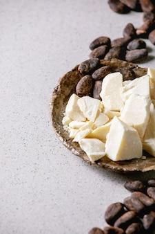 Manteca de cacao picada en un tazón