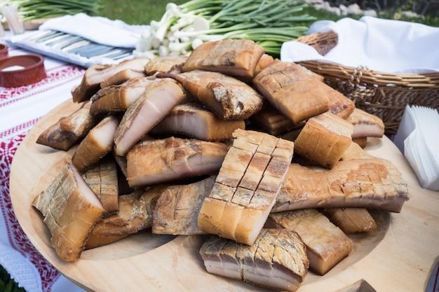 Manteca de cerdo ahumada (slanina) sobre una placa de madera. comida tradicional rumana.