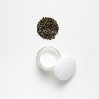 Manteca corporal y semillas en la vista superior de fondo blanco