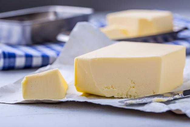 Manteca. mantequilla fresca en la mesa de la cocina.