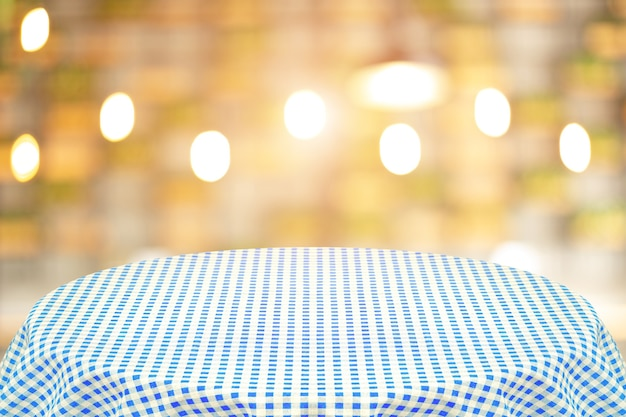 Mantel azul con fondo borroso del restaurante. fondo para texto sin formato o productos