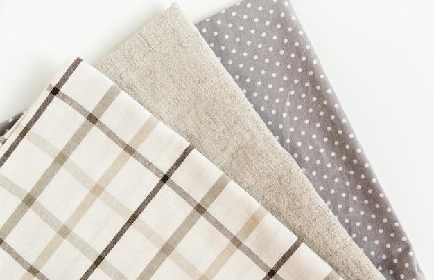 Mantel a cuadros marrón y servilleta gris toalla de tela áspera y punteada en la vista superior