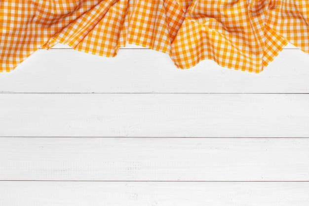 Mantel a cuadros en mesa de superficie de madera