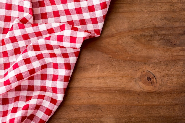 Mantel rojo en el fondo de la mesa de madera