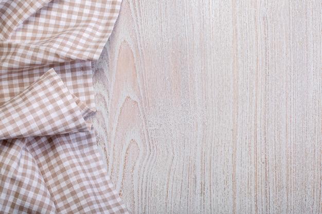 Mantel sobre madera blanca