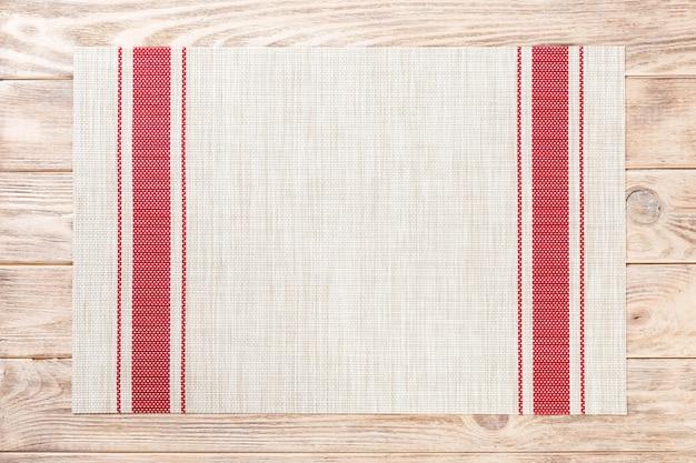 Mantel textil en mesa de madera
