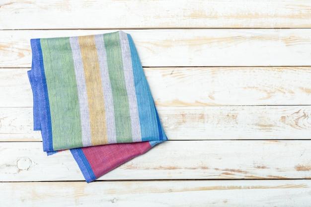 Mantel textil sobre fondo de madera.