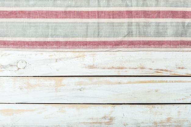 Mantel textil sobre madera.