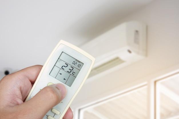 Mantenga el control remoto con la mano para abrir el aire acondicionado