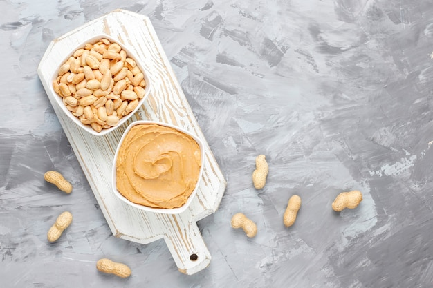 Mantequilla de cacahuete ecológica casera con cacahuetes.