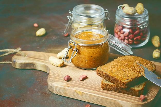 Mantequilla de maní cremosa orgánica casera en un frasco