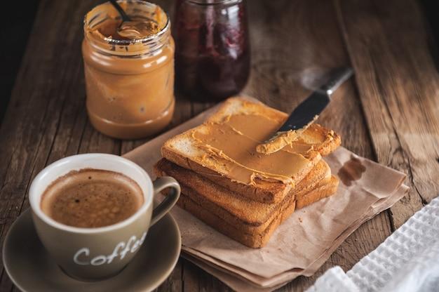Mantequilla de maní con mermelada y masa rústica. crema de maní y mermelada