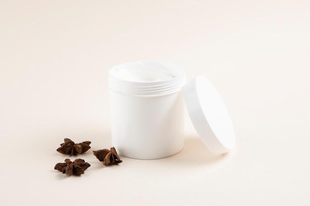 Mantequilla natural para el cuerpo sobre fondo liso