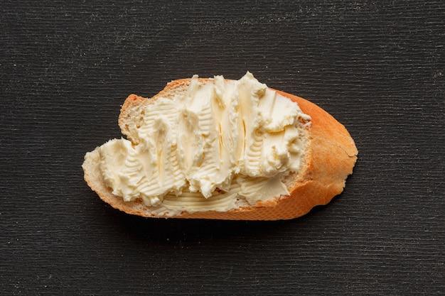 Mantequilla en una rebanada de pan