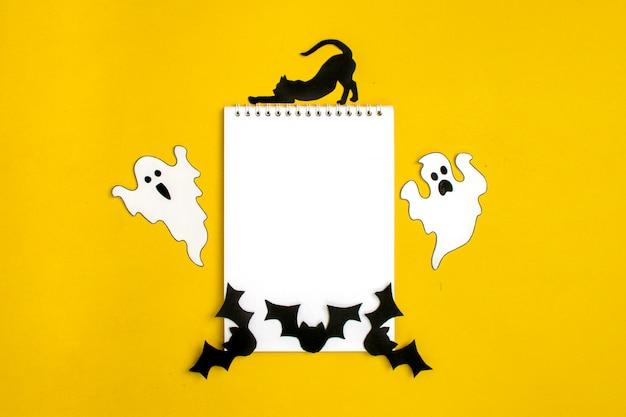 Manualidades de halloween: gato, araña, murciélagos, fantasmas de papel en blanco y negro.