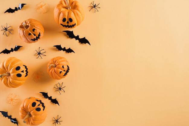 Manualidades de halloween sobre fondo naranja con copyspace para el texto. festividad de todos los santos .