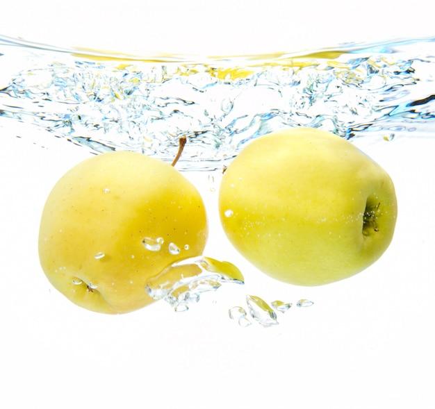 Manzana en agua