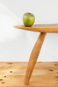 Manzana de concepto abstracto mínimo en mesa