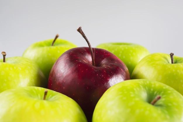 Manzana fresca y colorida sobre fruta fresca gris y limpia