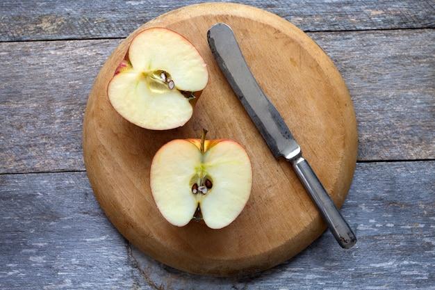 Manzana fresca cortada por la mitad