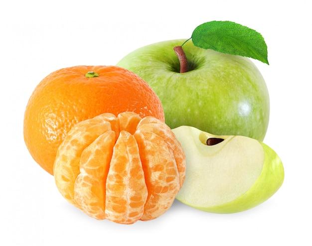 Manzana con hojas y frutos de mandarina, segmentos pelados aislados sobre fondo blanco con trazado de recorte