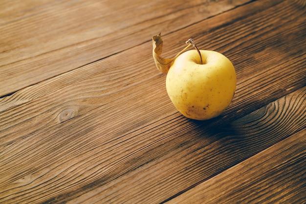 Manzana en una mesa de madera