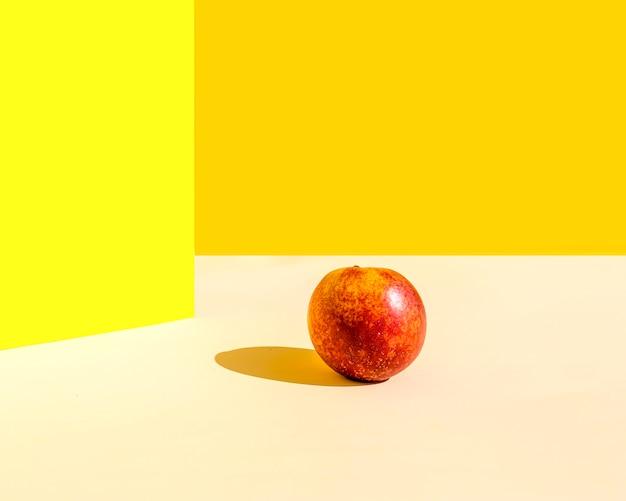 Manzana minimalista con sombra