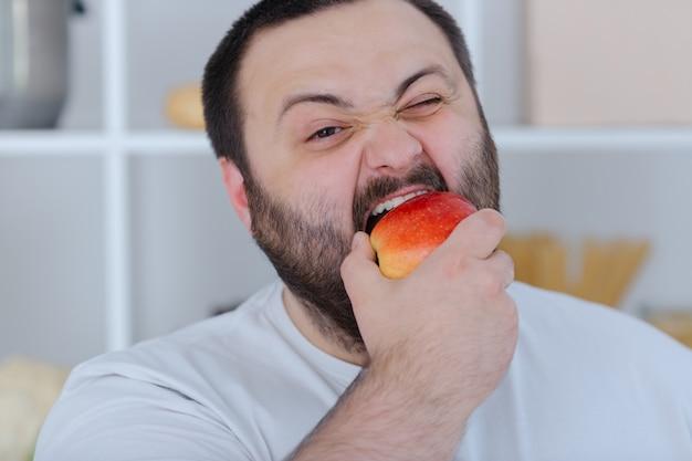 Manzana mordida masculina atractiva