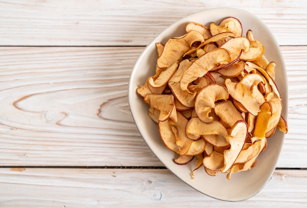 Manzana orgánica seca casera en rodajas