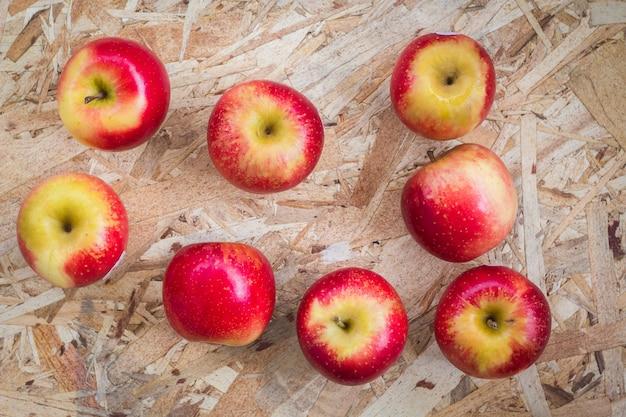 Manzana pequeña en el fondo de madera, naturaleza muerta.